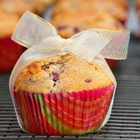 Whole-grain muffins with raspberries and white chocolate