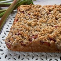 Cake with rhubarb, strawberries and almond crumble / Rhubarb, strawberries and almond crumble cake