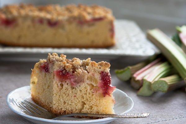 Ciasto z rabarbarem, truskawkami i migdałową kruszonką / Rhubarb, strawberries and almond crumble cake