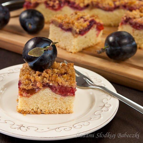 Kruche ciasto ze śliwkami i cynamonową kruszonką