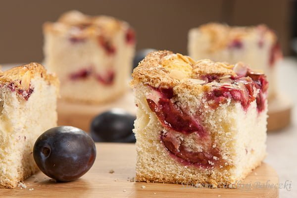 Ciasto biszkoptowe ze śliwkami | Sponge cake with plums