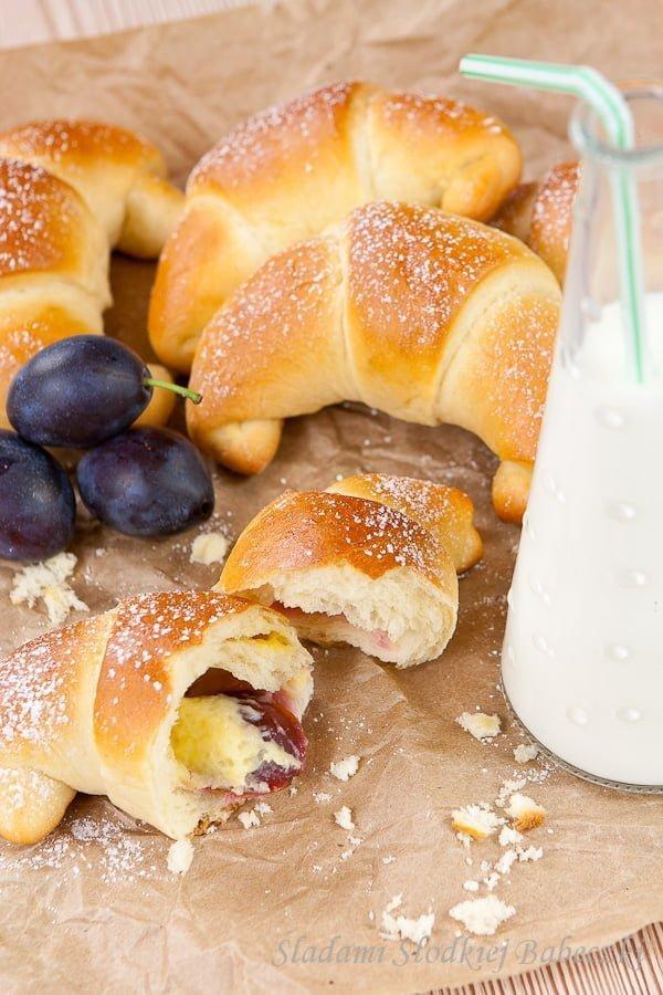 Rogaliki z budyniem i śliwkami   Croissants with custard and plums
