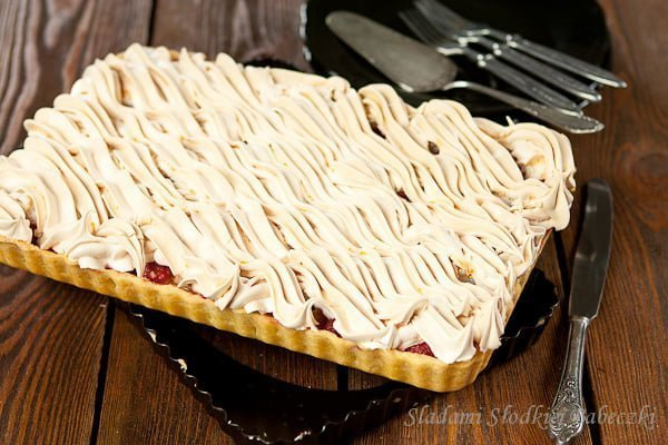 Tarta z rabarbarem, truskawkami i bezą