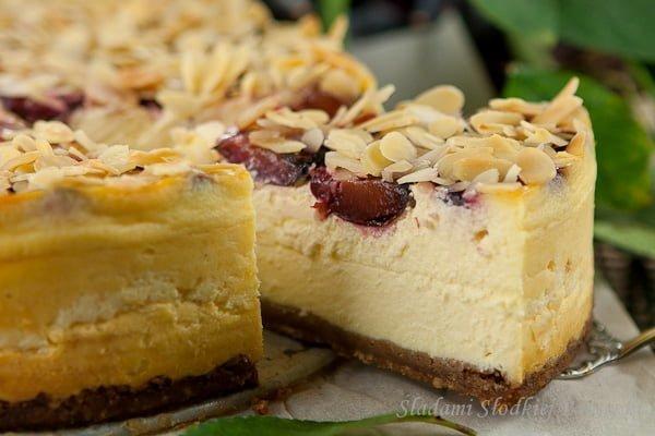 Sernik migdałowo-śliwkowy | Cheesecake with almonds and plums