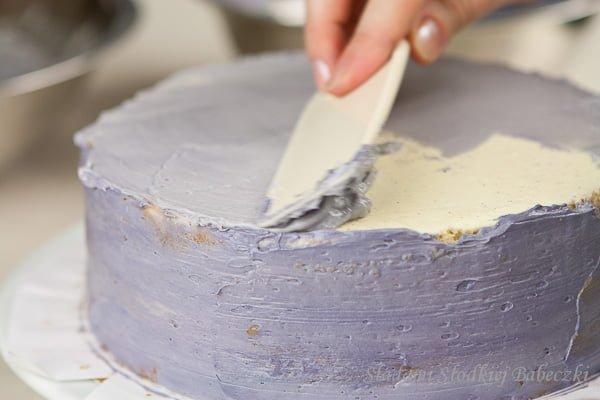 Dekoracja tortu pzy użyciu masy maślanej na bazie bezy szwajcarskiej