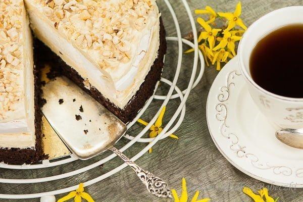 Tort bezowy z kremem chałwowym